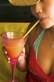 Junges Mädchen, das ein Mangofruchtcocktail genießt Lizenzfreies Stockbild