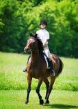 Junges Mädchen, das ein Pferd reitet lizenzfreie stockfotos