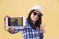 Junges Mädchen, das ein selfie nimmt Lizenzfreie Stockbilder