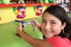 Junges Mädchen, das ein Spiel an der Messe oder am Karneval spielt Lizenzfreie Stockfotos