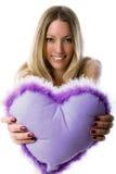 Junges Mädchen, das ein violettes Inneres heraus anhalten lächelt Lizenzfreies Stockfoto