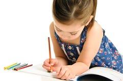 Junges Mädchen, das eine Abbildung färbt Lizenzfreie Stockfotos
