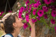 Junges Mädchen, das eine Blume in den Bergen von Andorra riecht lizenzfreie stockfotos