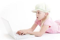 Junges Mädchen, das eine Laptop-Computer verwendet lizenzfreie stockfotos