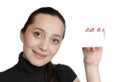 Junges Mädchen, das eine Visitenkarte anhält Stockbild