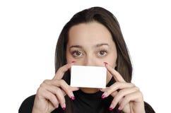 Junges Mädchen, das eine Visitenkarte anhält Lizenzfreies Stockbild