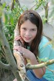 Junges Mädchen, das an einem Baum aufwirft Stockfotos