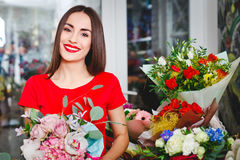 Junges Mädchen, das in einem Blumenladen arbeitet Stockfoto