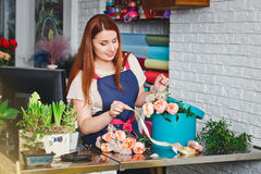 Junges Mädchen, das in einem Blumenladen arbeitet Stockbilder