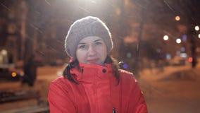 Junges Mädchen, das an einem Winterabend auf Kamera aufwirft Es ist, Winter kalt stock video footage