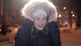 Junges Mädchen, das an einem Winterabend auf Kamera aufwirft Es ist, Winter kalt stock footage
