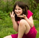 Junges Mädchen, das einen Frosch hält Stockfotos