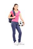 Junges Mädchen, das einen Fußball hält Lizenzfreies Stockfoto