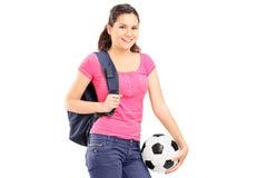 Junges Mädchen, das einen Fußball hält Lizenzfreie Stockfotos