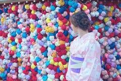 Junges Mädchen, das einen Kimono trägt stockfotografie