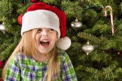 Junges Mädchen, das einen Sankt-Hut tragend lächelt lizenzfreie stockfotos