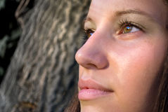 Junges Mädchen, das an einer Sonne wathing ist Lizenzfreie Stockfotos
