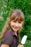 Junges Mädchen, das Eiscreme isst Stockbild