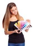 Junges Mädchen, das Farbmuster hält Lizenzfreie Stockfotos
