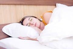 junges Mädchen, das friedlich in ihrem Bett schläft Lizenzfreie Stockfotografie