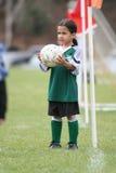 Junges Mädchen, das Fußball spielt Lizenzfreie Stockfotos