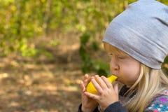 Junges Mädchen, das gelbes Ballon-Spielzeug durchbrennt Lizenzfreie Stockfotos