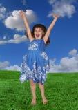 Junges Mädchen, das Glück draußen ausdrückend springt stockfoto