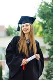 Junges Mädchen, das glücklich eine Rolle erfasst Lizenzfreies Stockbild