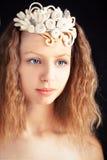 Schönes junges Mädchen, das handgemachte Filzverzierung trägt stockfotografie
