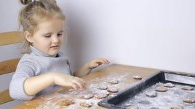 Junges Mädchen, das handgemachtes Herz geformte Plätzchen macht stock video