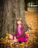 Junges Mädchen, das Herbst genießt Lizenzfreie Stockfotografie