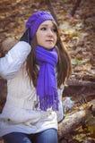 Junges Mädchen, das in Herbstpark geht lizenzfreies stockbild