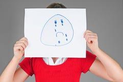 Junges Mädchen, das hinter schreiendem Gesicht sich versteckt Stockfotografie