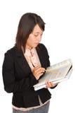 Junges Mädchen, das ihr Wissenschafts-Buch studiert Stockfoto