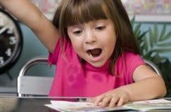 Junges Mädchen, das ihre Hand anhebt Lizenzfreie Stockfotos