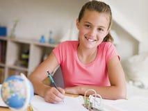 Junges Mädchen, das ihre Heimarbeit tut Lizenzfreie Stockfotografie