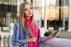 Junges Mädchen, das ihren Tablet-Computer überprüft Stockfoto