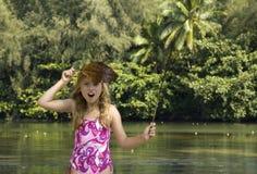 Junges Mädchen, das im Dschungel spielt. Lizenzfreies Stockfoto