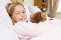 Junges Mädchen, das im Krankenhaus-Bett liegt lizenzfreie stockfotos