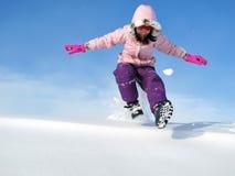 Junges Mädchen, das im Schnee spielt Stockfotografie