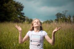 Junges Mädchen, das im Sonnenschein lächelt lizenzfreie stockfotografie