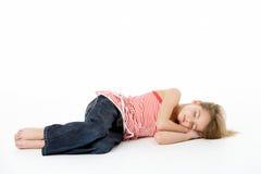 Junges Mädchen, das im Studio schläft Lizenzfreie Stockfotos