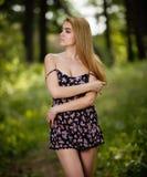 Junges Mädchen, das im Wald steht lizenzfreie stockfotos
