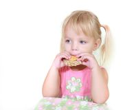 Junges Mädchen, das Imbisse isst Stockfotografie