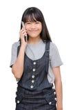 Junges Mädchen, das am intelligenten Telefon über Weiß spricht Lizenzfreie Stockbilder