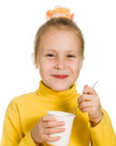 Junges Mädchen, das Joghurt isst Lizenzfreie Stockfotos