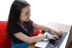 Junges Mädchen, das an Laptop arbeitet lizenzfreies stockfoto
