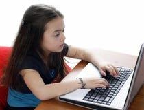 Junges Mädchen, das an Laptop arbeitet stockfotos