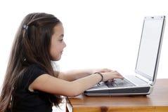 Junges Mädchen, das an Laptop arbeitet lizenzfreie stockfotografie