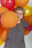 Junges Mädchen, das mit Ballonen spielt lizenzfreies stockfoto